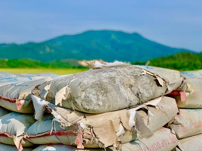 """  Nhà thầu """"bặt vô âm tín"""", hàng chục tấn xi măng hóa đá giữa cánh đồng - ảnh 5"""