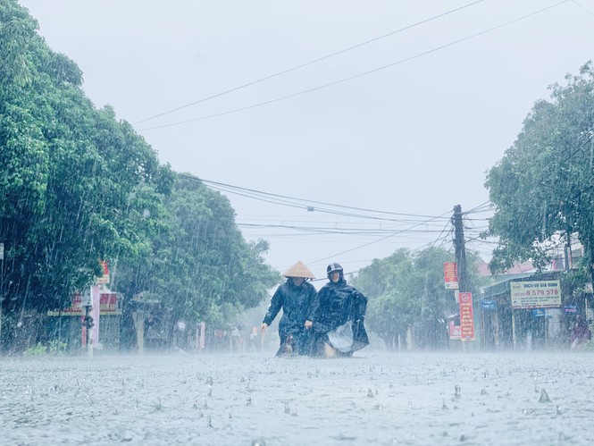 Mưa trắng trời, TP Hà Tĩnh chìm trong biển nước, giao thông tê liệt - ảnh 1