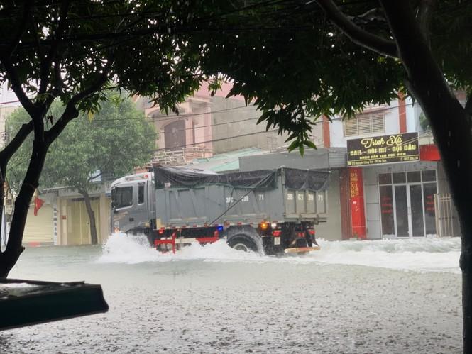 Mưa trắng trời, TP Hà Tĩnh chìm trong biển nước, giao thông tê liệt - ảnh 8
