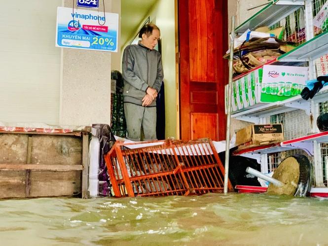Mưa trắng trời, TP Hà Tĩnh chìm trong biển nước, giao thông tê liệt - ảnh 10
