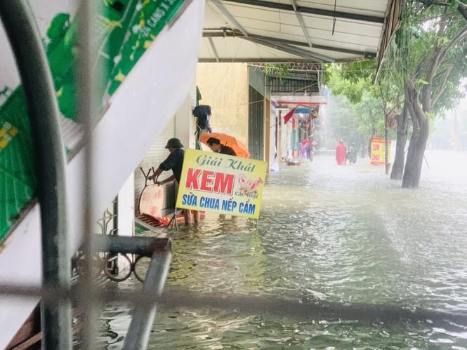 Mưa trắng trời, TP Hà Tĩnh chìm trong biển nước, giao thông tê liệt - ảnh 6