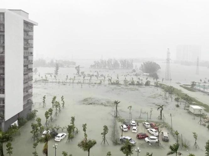 Mưa trắng trời, TP Hà Tĩnh chìm trong biển nước, giao thông tê liệt - ảnh 12