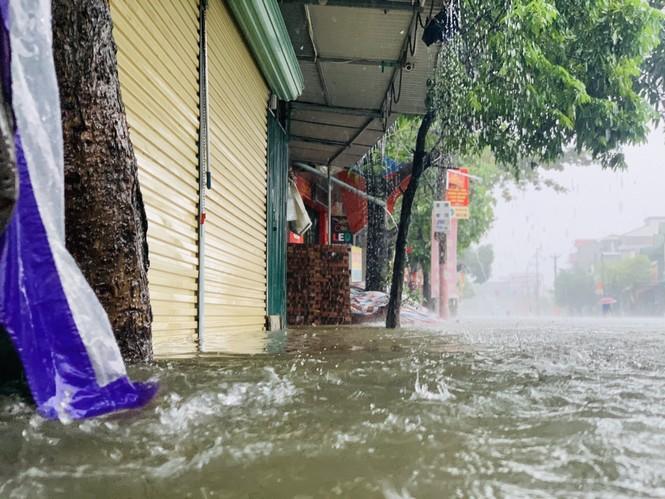 Mưa trắng trời, TP Hà Tĩnh chìm trong biển nước, giao thông tê liệt - ảnh 11