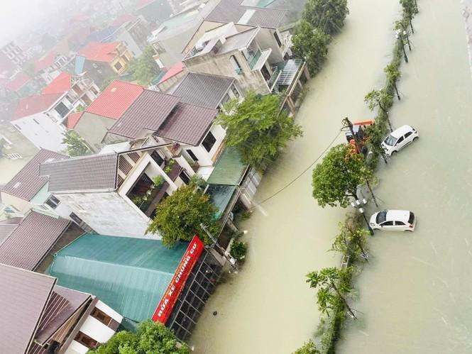 Mưa trắng trời, TP Hà Tĩnh chìm trong biển nước, giao thông tê liệt - ảnh 13