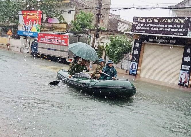 Mưa trắng trời, TP Hà Tĩnh chìm trong biển nước, giao thông tê liệt - ảnh 5