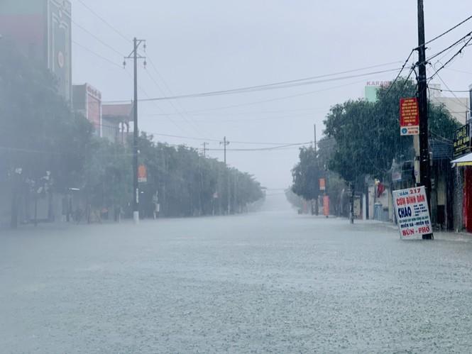 Mưa trắng trời, TP Hà Tĩnh chìm trong biển nước, giao thông tê liệt - ảnh 2