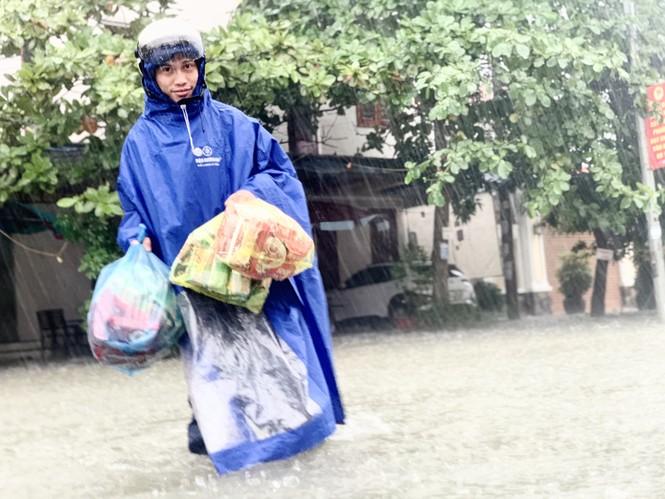 Mưa trắng trời, TP Hà Tĩnh chìm trong biển nước, giao thông tê liệt - ảnh 4