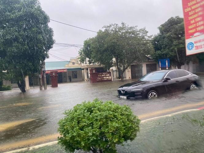 Mưa trắng trời, TP Hà Tĩnh chìm trong biển nước, giao thông tê liệt - ảnh 16