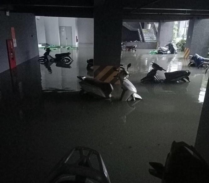 Mưa trắng trời, TP Hà Tĩnh chìm trong biển nước, giao thông tê liệt - ảnh 15