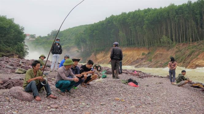 """Hồ Kẻ Gỗ xả lũ, dân kéo nhau đi săn cá """"khủng"""" - ảnh 9"""