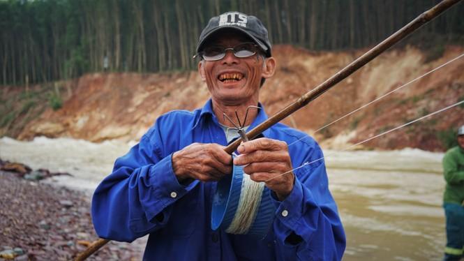 """Hồ Kẻ Gỗ xả lũ, dân kéo nhau đi săn cá """"khủng"""" - ảnh 6"""