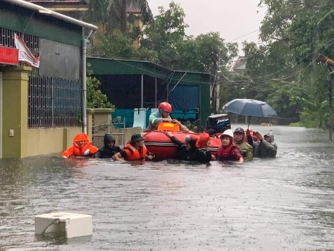 Bộ đội, Công an dầm mưa, lội nước cõng dân đến nơi an toàn - ảnh 4