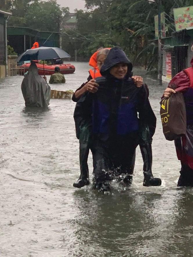 Bộ đội, Công an dầm mưa, lội nước cõng dân đến nơi an toàn - ảnh 2