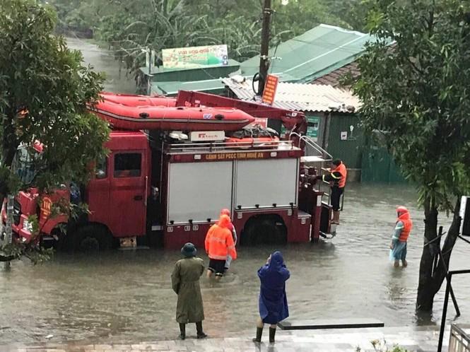 Bộ đội, Công an dầm mưa, lội nước cõng dân đến nơi an toàn - ảnh 1