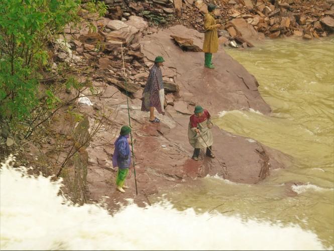 Hồ Kẻ Gỗ xả lũ, dân bất chấp săn cá dưới dòng nước trắng xóa - ảnh 5