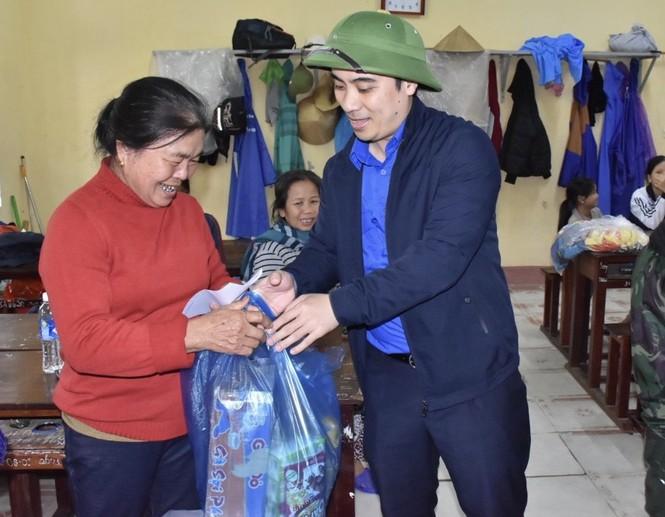 Tỉnh đoàn Hà Tĩnh trao tặng phao cứu sinh, thuyền hỗ trợ dân vùng lũ - ảnh 1