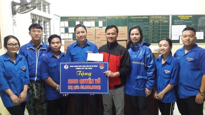 Tỉnh đoàn Hà Tĩnh trao tặng phao cứu sinh, thuyền hỗ trợ dân vùng lũ - ảnh 5
