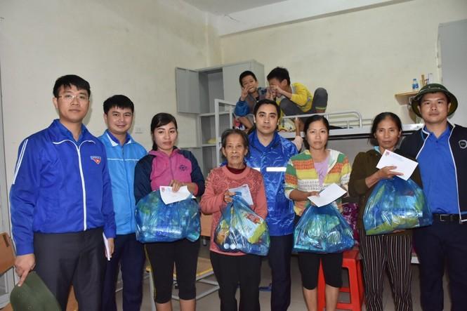 Tỉnh đoàn Hà Tĩnh trao tặng phao cứu sinh, thuyền hỗ trợ dân vùng lũ - ảnh 3