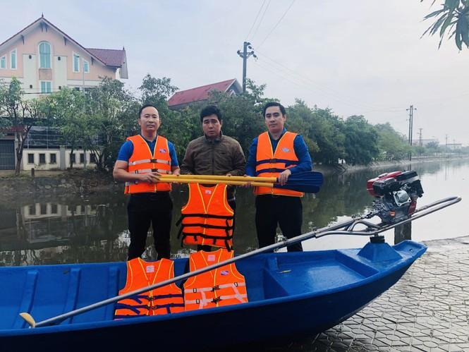 Tỉnh đoàn Hà Tĩnh trao tặng phao cứu sinh, thuyền hỗ trợ dân vùng lũ - ảnh 4