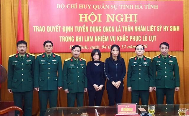 Vợ của 2 liệt sĩ Đoàn 337 được tuyển dụng quân nhân chuyên nghiệp - ảnh 1