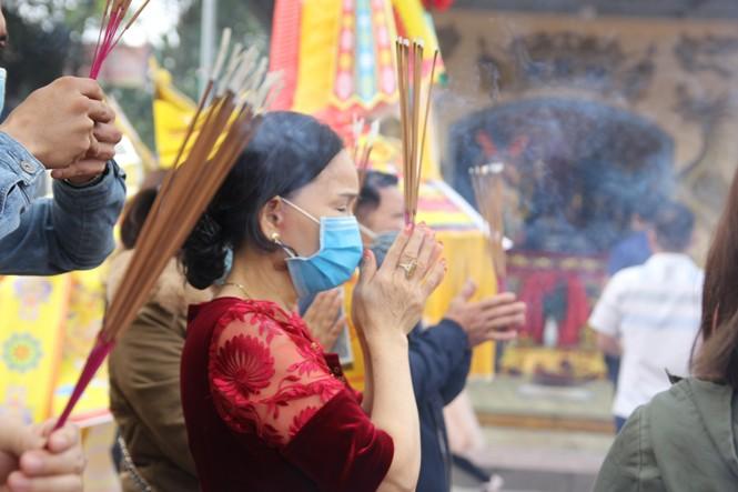 """Người dân """"quên"""" đeo khẩu trang khi đi đền, chùa đầu năm - ảnh 3"""