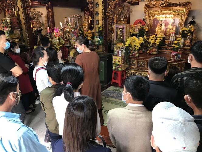 """Người dân """"quên"""" đeo khẩu trang khi đi đền, chùa đầu năm - ảnh 2"""