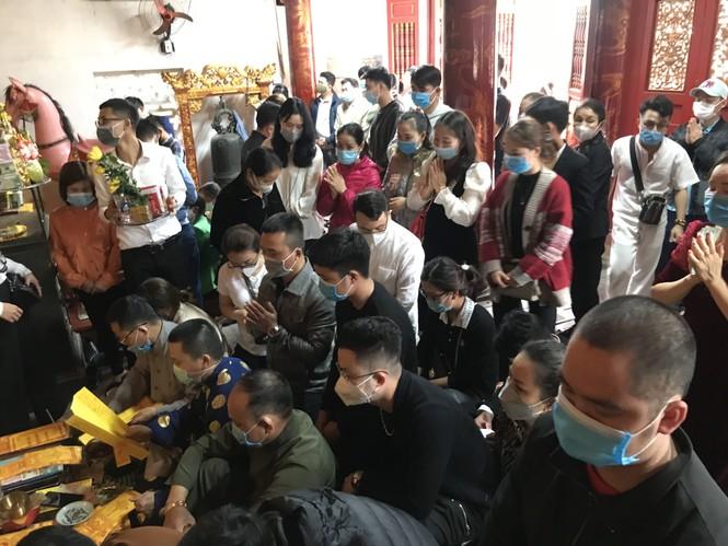 """Người dân """"quên"""" đeo khẩu trang khi đi đền, chùa đầu năm - ảnh 10"""