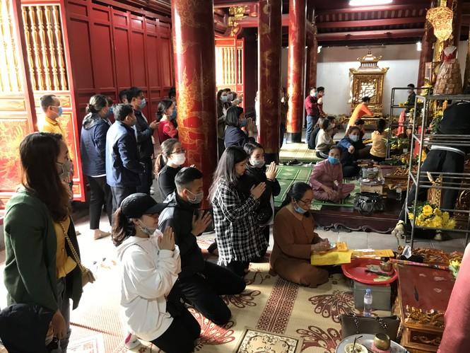 """Người dân """"quên"""" đeo khẩu trang khi đi đền, chùa đầu năm - ảnh 11"""