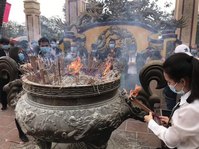 """Người dân """"quên"""" đeo khẩu trang khi đi đền, chùa đầu năm - ảnh 13"""