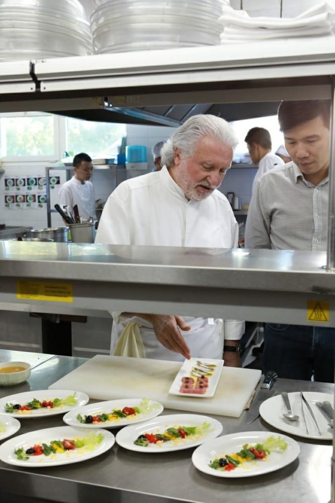 Bếp trưởng 2 sao Michelin biến lá su hào Việt thành món cao cấp - ảnh 2