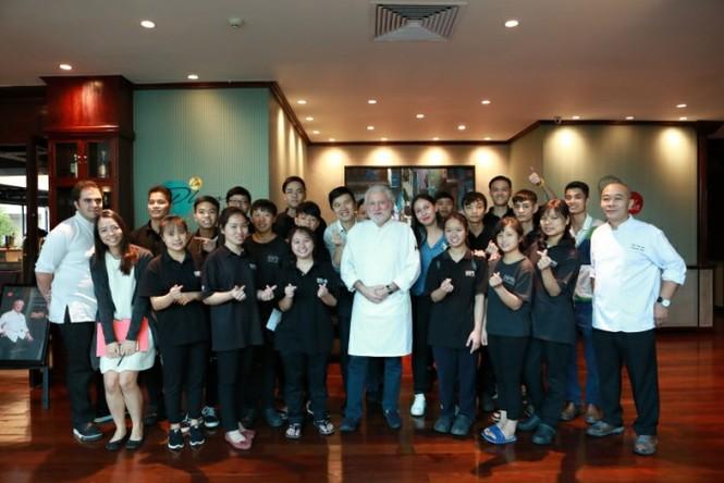 Bếp trưởng 2 sao Michelin biến lá su hào Việt thành món cao cấp - ảnh 1
