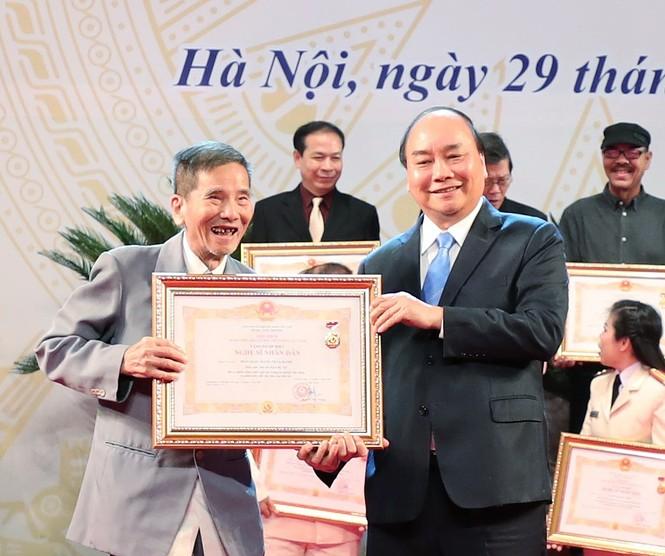 Khoảnh khắc xúc động khi các nghệ sĩ nhận danh hiệu NSND, NSƯT - ảnh 3