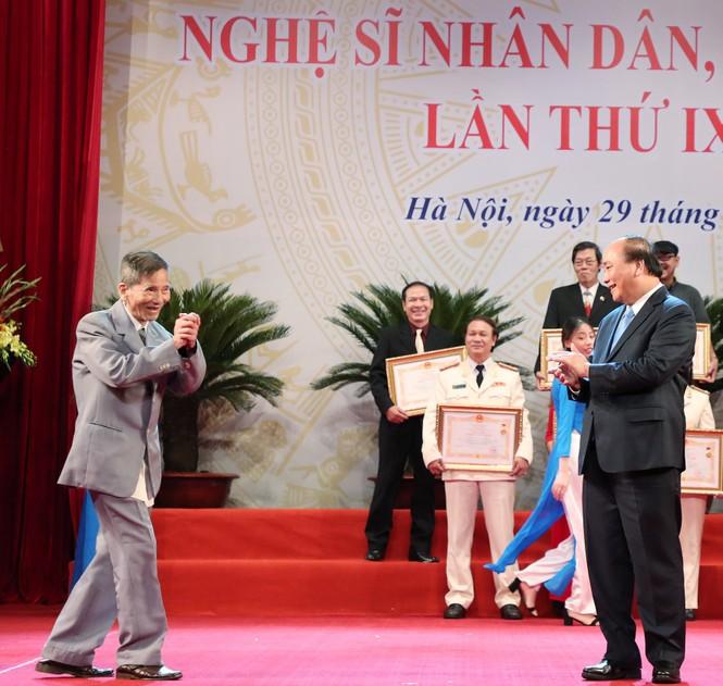 Khoảnh khắc xúc động khi các nghệ sĩ nhận danh hiệu NSND, NSƯT - ảnh 2