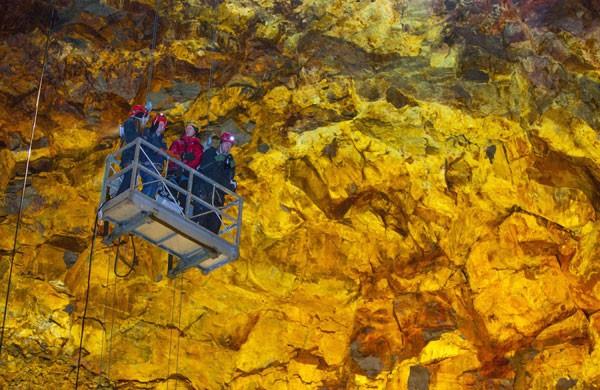 Liều mình khám phá lòng núi lửa  - ảnh 3