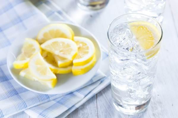 Vì sao không nên uống nước đá vào mùa hè? - ảnh 1