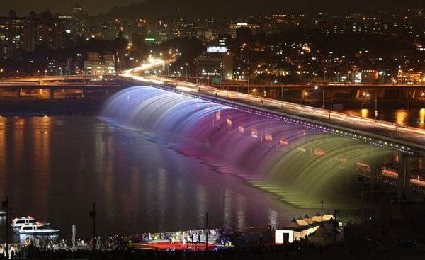 Đài phun nước cầu vồng lung linh ở Seoul  - ảnh 2