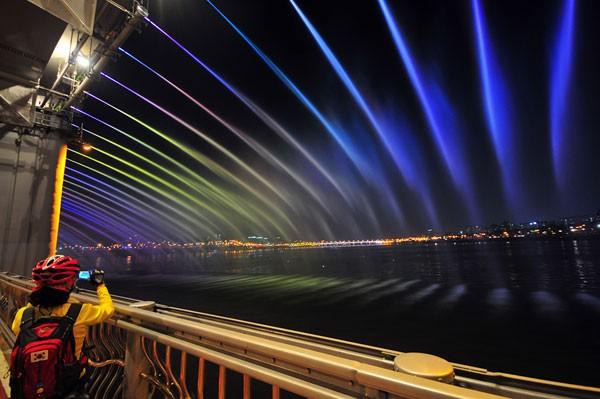 Đài phun nước cầu vồng lung linh ở Seoul  - ảnh 9