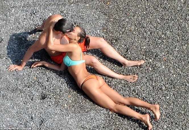 Bồ cũ Ronaldo đắm đuối 'khóa môi' tình mới bên bờ biển - ảnh 1