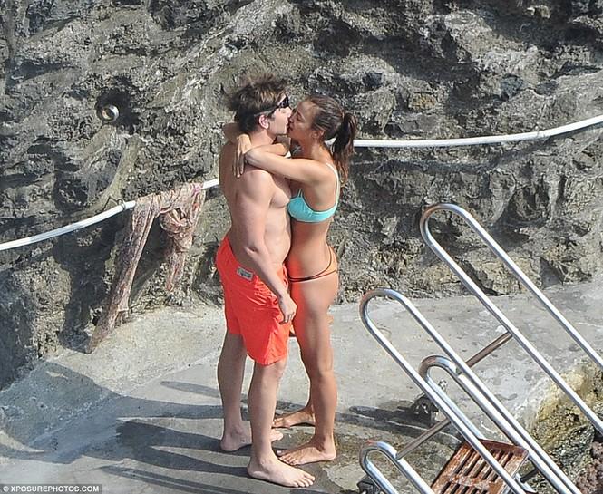 Bồ cũ Ronaldo đắm đuối 'khóa môi' tình mới bên bờ biển - ảnh 4