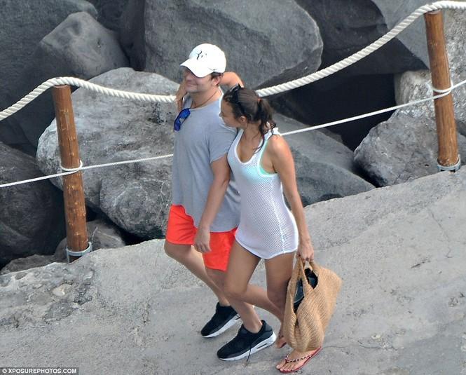 Bồ cũ Ronaldo đắm đuối 'khóa môi' tình mới bên bờ biển - ảnh 8