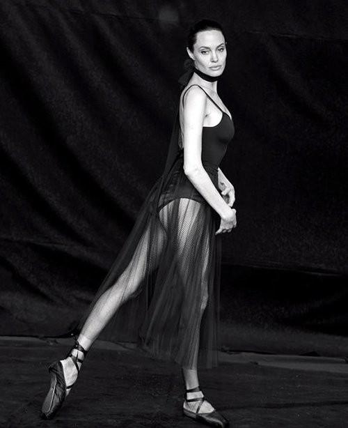 Angelina Jolie giản dị trong bộ ảnh trắng đen - ảnh 6