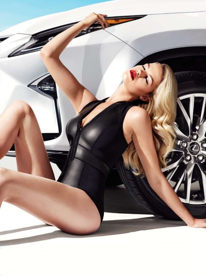 Mỹ nhân áo tắm Hailey Clauson gợi tình bên Lexus RX 2016 - ảnh 2