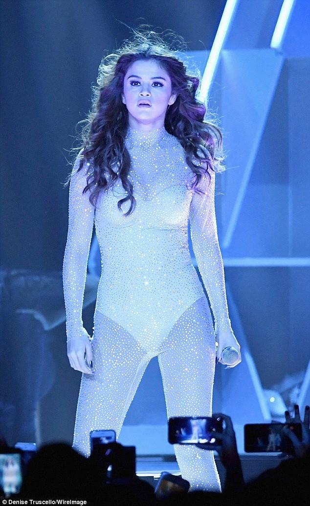 Hút mắt ngắm đường cong quyến rũ của Selena Gomez  - ảnh 3