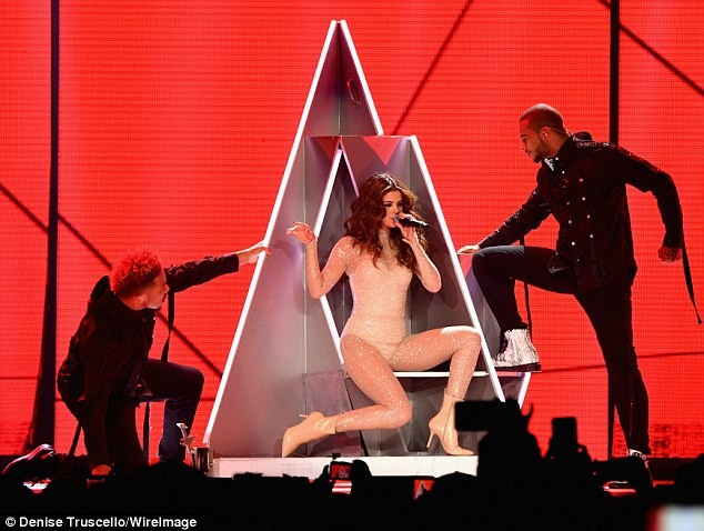 Hút mắt ngắm đường cong quyến rũ của Selena Gomez  - ảnh 1