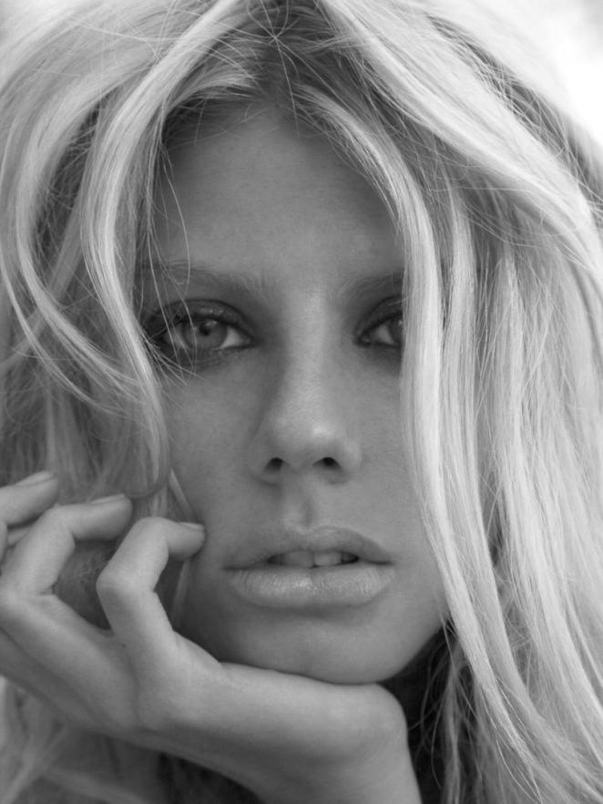 Charlotte McKinney hoang dã, trễ nải trong bộ ảnh đen trắng - ảnh 6