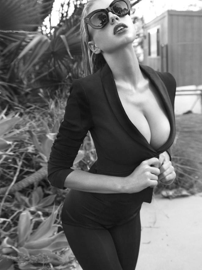 Charlotte McKinney hoang dã, trễ nải trong bộ ảnh đen trắng - ảnh 2