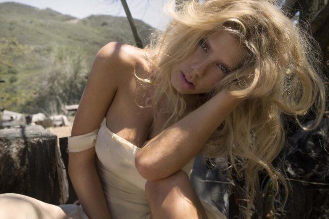 Charlotte McKinney hoang dã, trễ nải trong bộ ảnh đen trắng - ảnh 1