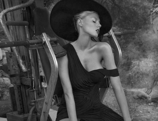 Charlotte McKinney hoang dã, trễ nải trong bộ ảnh đen trắng - ảnh 3