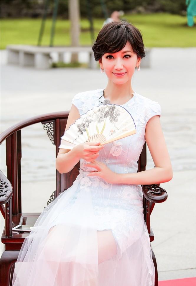 Nhan sắc trẻ ngỡ ngàng của Lưu Gia Linh và người đẹp 'Bến Thượng Hải' - ảnh 1