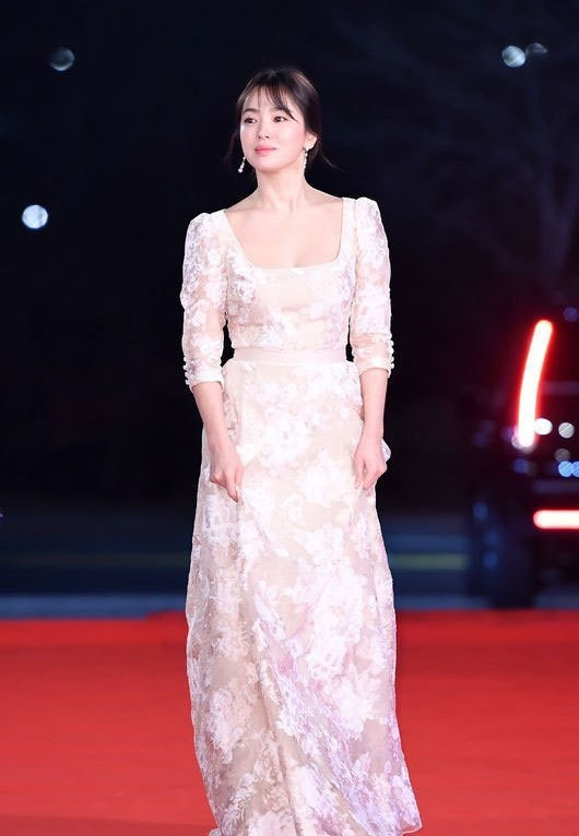 người đẹp,đầm,lộng lẫy,sải bước,kiêu sa,photo,Hàn Quốc,Song Hye Kyo, Song Joong Ki, Hậu duệ mặt trời, giải Daesang, KBS, Seoul - ảnh 2